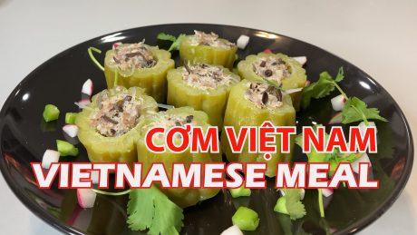 Khổ qua dồn thịt, tôm ram chua ngọt, đậu đũa xào đậm chất cơm Việt