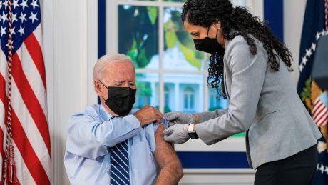 tổng thống biden tiêm vaccine
